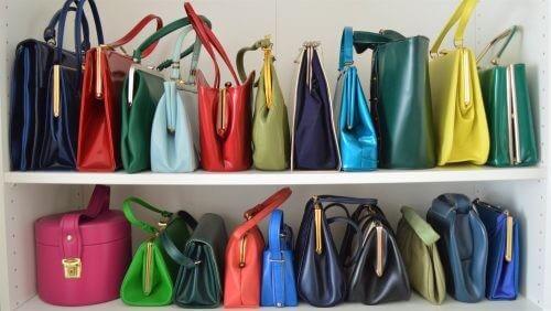 Farverige tasker i forskellige størrelser