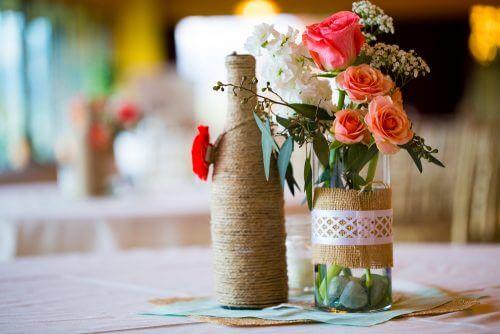 Vinflasker lavet om til blomstervaser.