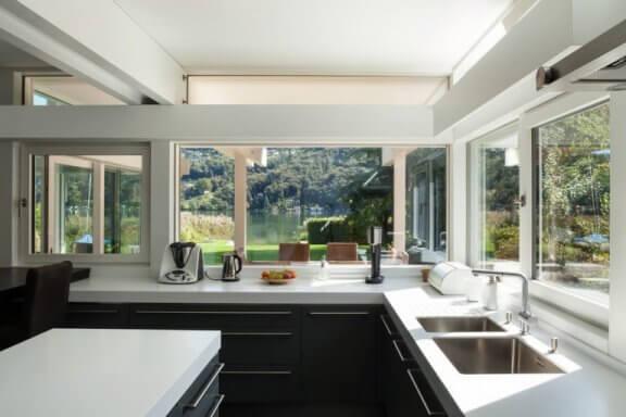 Åbent køkken ud til have.