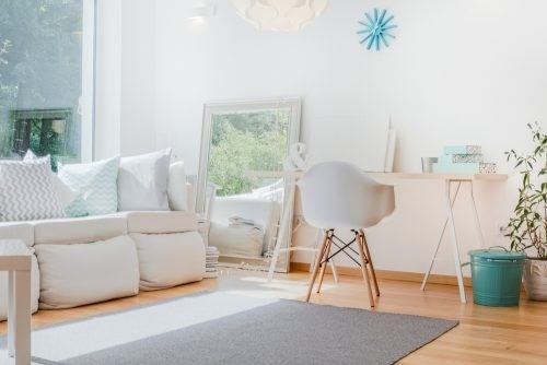Stue indrettet i lyse farver