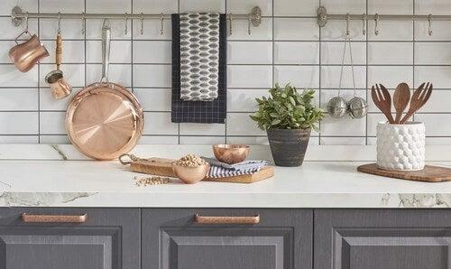Køkkengrej i kobber- og bronzefarver