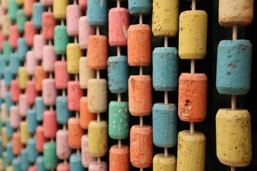 Rumdeler lavet af farvede korkpropper.