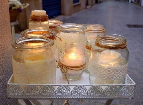 Brug glaskrukker som lysestager