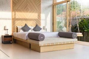 Luftigt soveværelse med lyst træ.