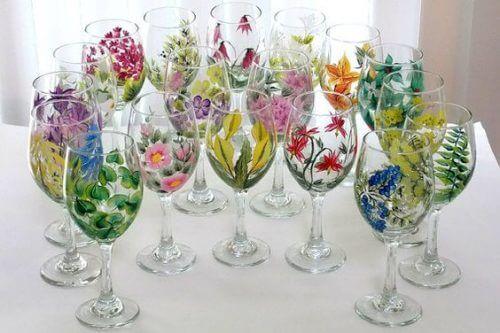 Blomsterdekoration med vinglas.