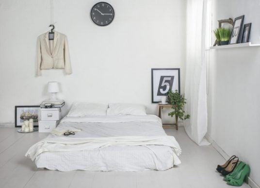 Minimalistisk seng og indretning.