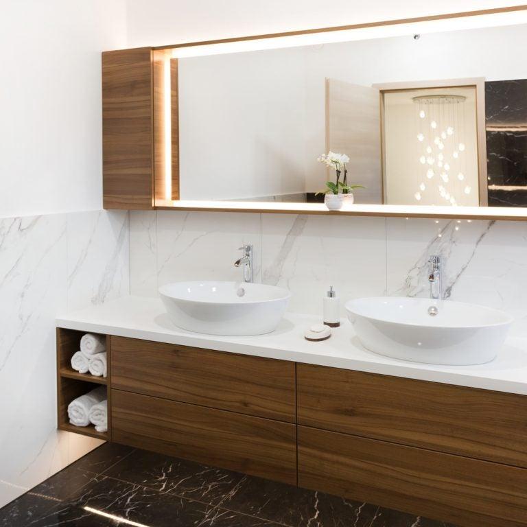 Marmor og træ i badeværelsesdesign.