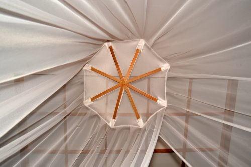 Myggenettet kan være i form af et telt eller et gardin