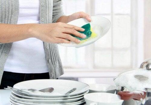 Kvinde vasker op