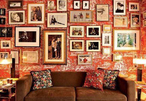 Væg fyldt med billedrammer - det er at overdekorere.