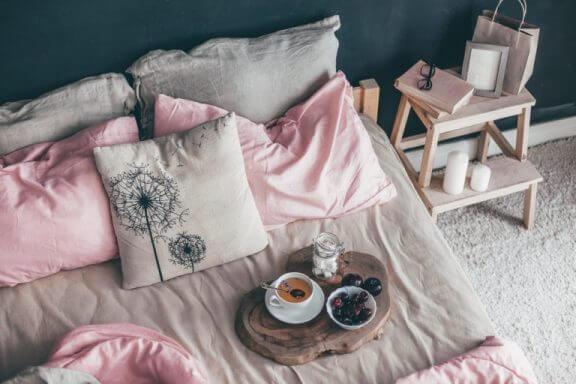 Indretning med puder på seng.