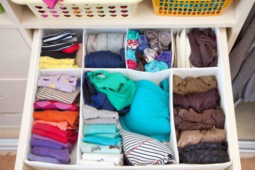 Opbevaringsløsninger: Skuffe-delere til sortering af tøj.