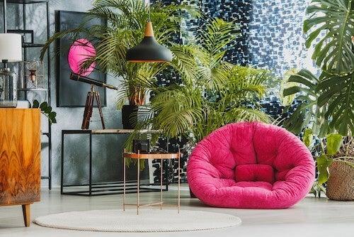 Stue indrettet med palmetræer