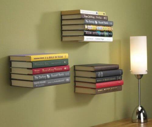Indrette med bøger med svævende boghylder.