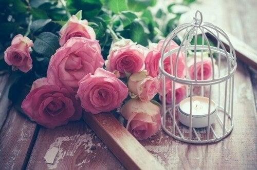 Fuglebur med både lys og blomster