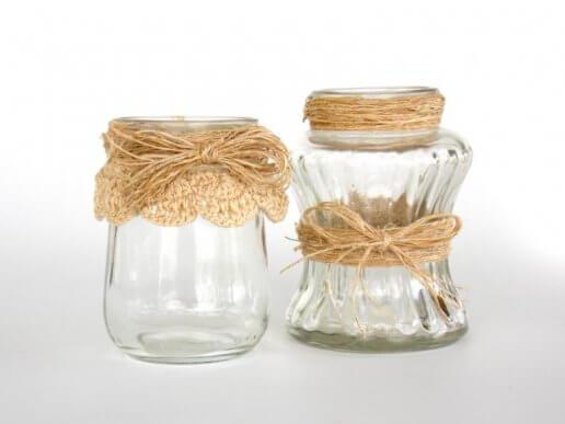 Glaskrukker dekoreret med bånd.