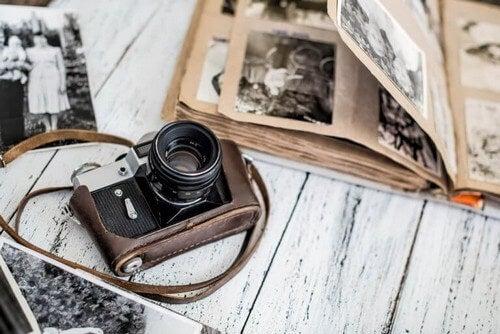 Kamera og fotoalbum på et bord