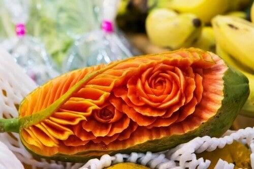 Udskåret blomst i orange farver