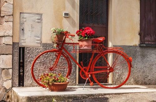 Rød cykel med blomsterkurve