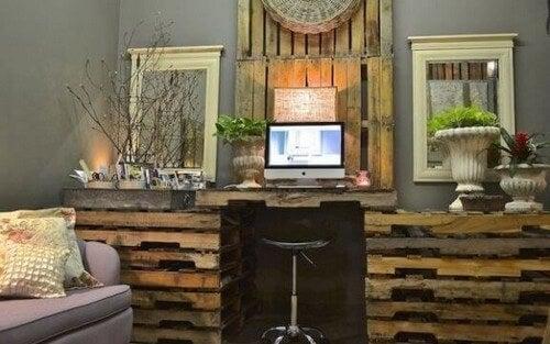 Sådan laver du et skrivebord af træpaller