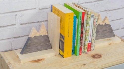 Bøger placeret på en hylde