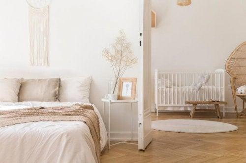 Du kan sagtens lave plads til babyen i dit soveværelse uden at give køb på den gode stil