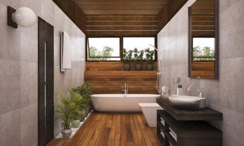 Du kan bruge grønne planter, sten og træ til at skabe et naturligt look på dit badeværelse