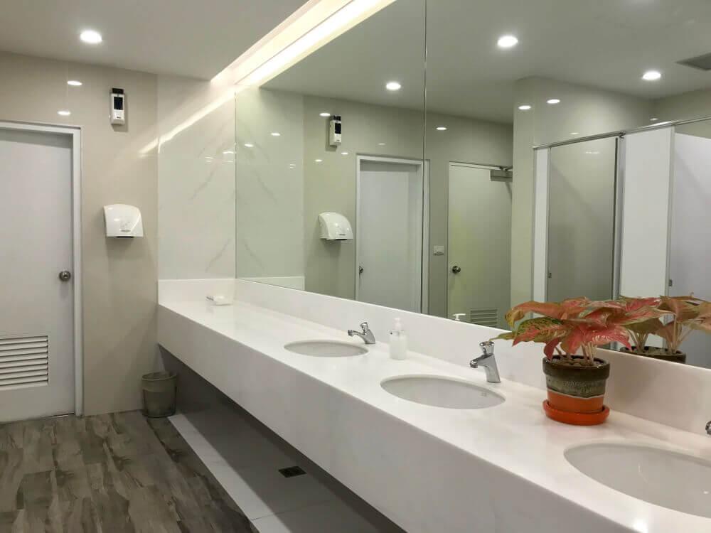 Badeværelse med tre håndvaske