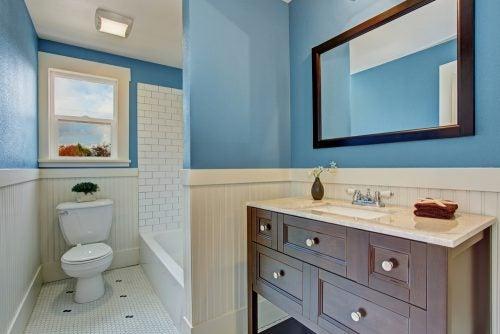 Blå er en af de hotteste farver til badeværelser, fordi den minder os om vand, hav og ro
