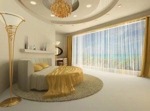 En rund seng i et flot hotelværelse
