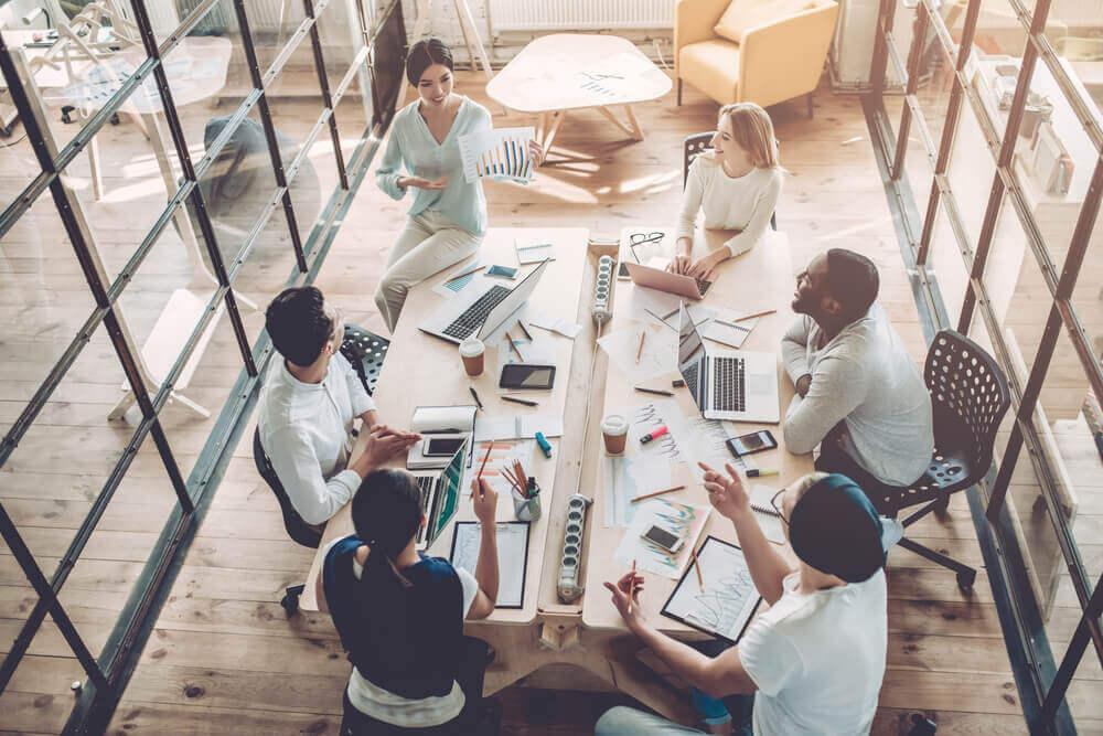 Glade personer til møde på fælles arbejdsplads