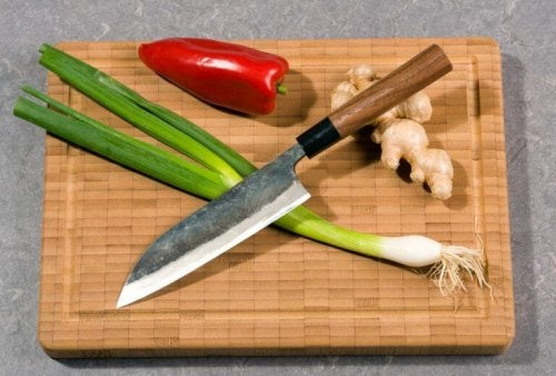 Denne kniv har et tyndt blad, som gør den ideel til at skære grøntsager med