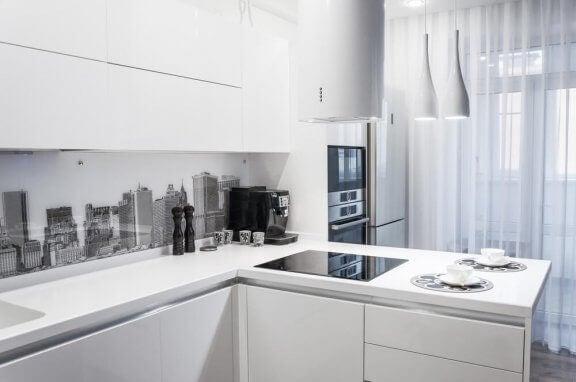Hvidt køkken med grebsfri køkkenskabe.
