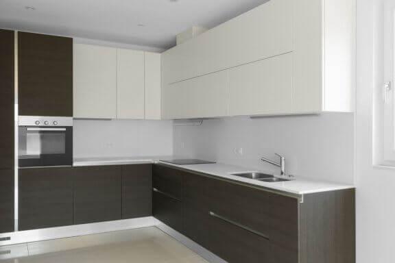 Moderne køkken med grebsfri låger.
