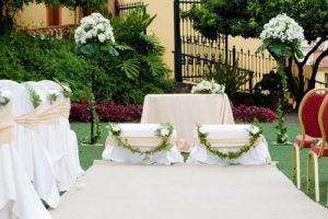Du har mere frihed til at bruge forskellige materialer til udsmykning af et bryllupsalter hvis du planlægger et havebryllup