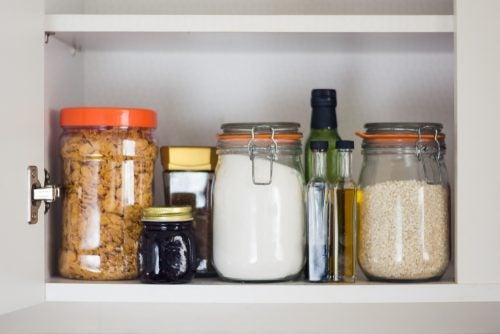 Et spisekammer behøver ikke bestå af én samlet løsning, men kan være fordelt rundt i køkkenet