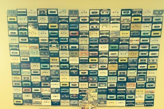 Kassettebånd hængt op på væg