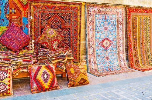 Kelimtæpper er fremstillet af naturlige materialer som uld, bomuld eller silke. Disse materialer er af høj kvalitet og har lang levetid.