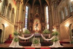 Bryllupsudsmykningen i en kirke bør ikke være for flamboyant eller bruge nogen form for materiale, der kan støde sammen med kirkens indretning