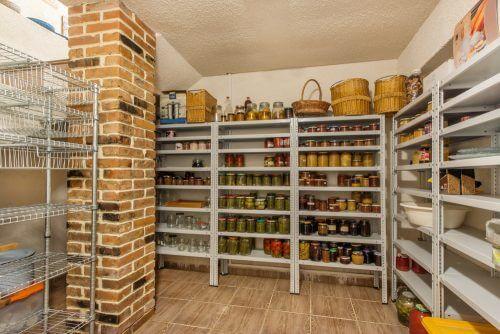 Et spisekammer kan indrettes på mange forskellige måder. På dette billede ses en walk-in version