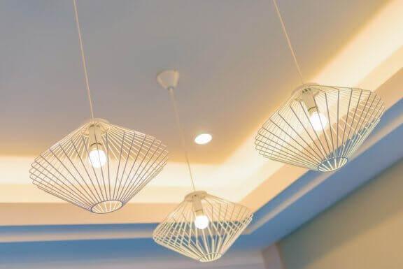 Belysningsmuligheder: Loftlamper med hvidt lys.