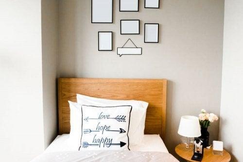 lille rum med en seng