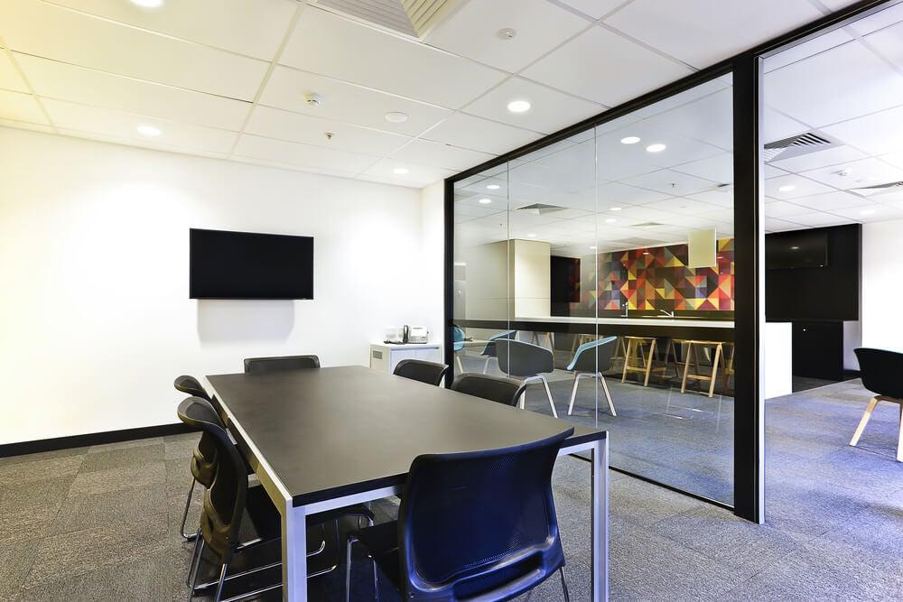 Mødelokale med stort vindue og fjernsyn