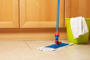 Det er bedst at anvende produkter specifikt egnet til gulve når du skal fjerne pletter fra køkkengulvet