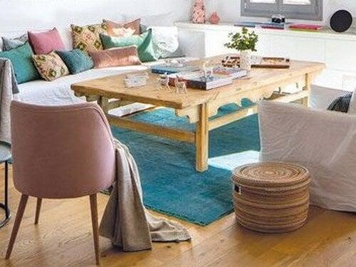 Stue, der er indrettet på en naturlig måde