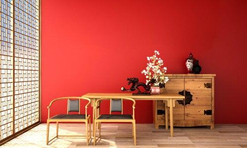 En orientalsk stue med rød væg