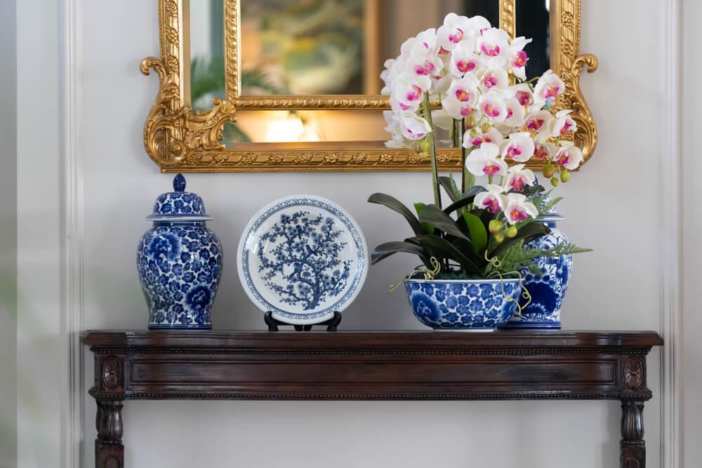 Orientalske vaser med blomster og spejl