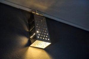 Formen på et firesidet rivejern er perfekt til at lave en lampeskærm. De mange små huller gør at lyset kan skinne igennem.
