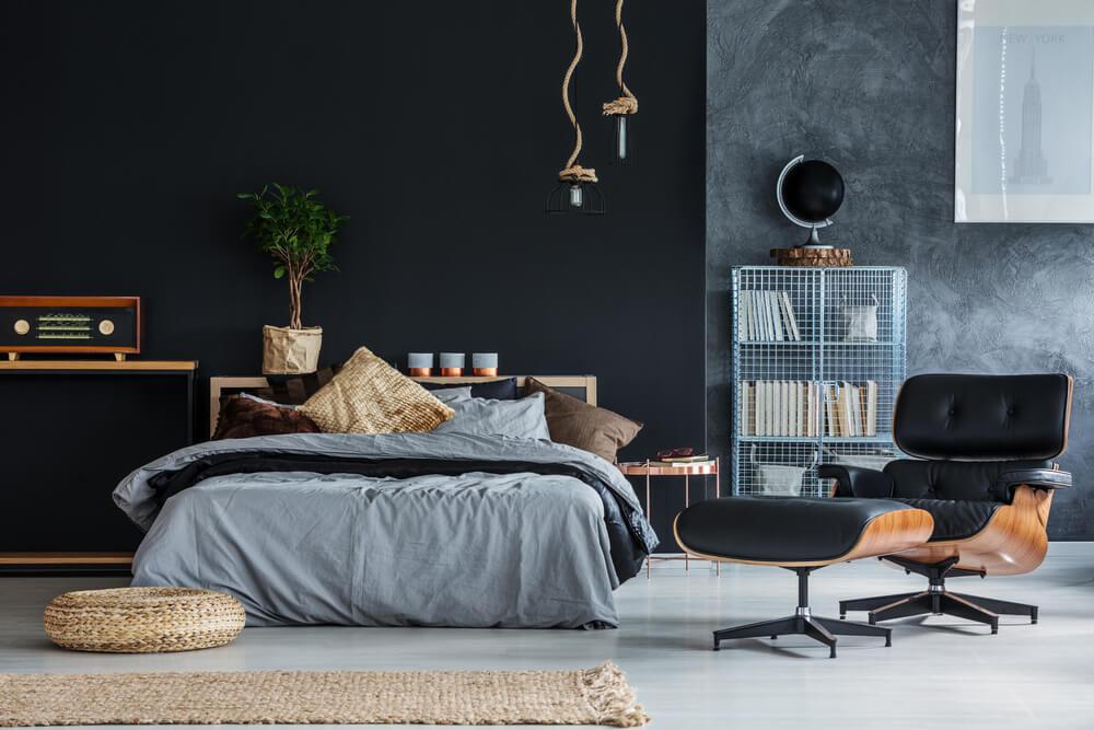 Soveværelse med lænestol viser indretning for singler