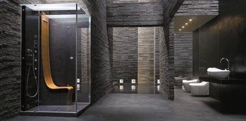 Stort og rummeligt badeværelse med mørke fliser